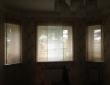 Комбинированные римские шторы из льяной ткани в гостиной