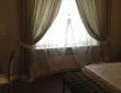 47. Классические шторы в спальне, плиссе сложены, кроме полукруга